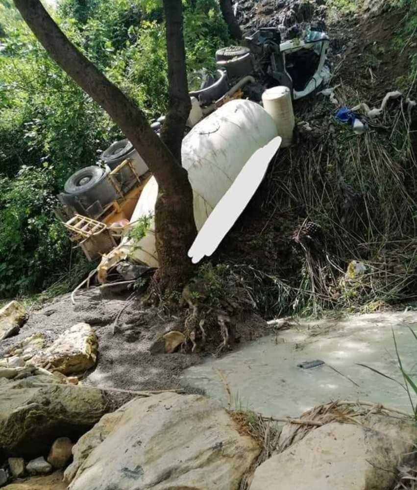 Alanya'da beton mikseri dereye uçtu, sürücü öldü