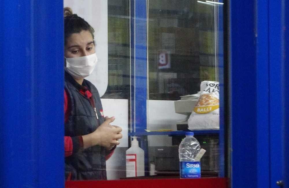 Genç kadına kolayla saldırıp marketi soydu