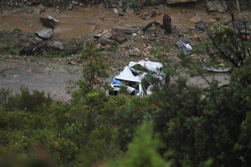 Kontrolden çıkan araç 100 metrelik uçurumdan yuvarlandı