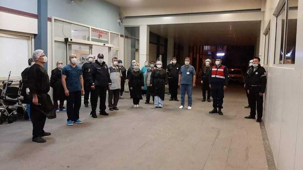 Sağlık çalışanları ve polis istiklal Marşı'nı birlikte okudu