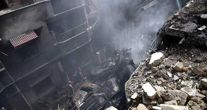 Pakistan'da düşen yolcu uçağından bir kişi sağ kurtuldu
