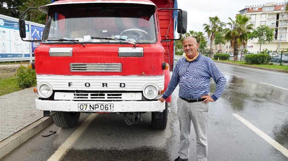 54 yaşındaki kamyonuna gözü gibi bakıyor