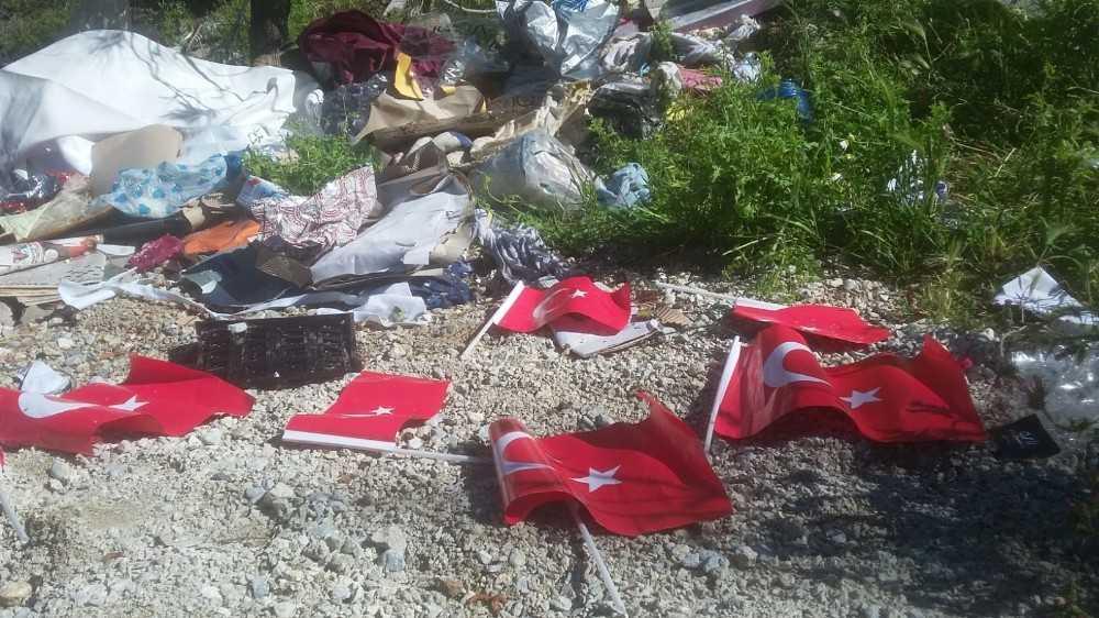 Alanya'da çöpte bulunan Türk bayraklarına tepki