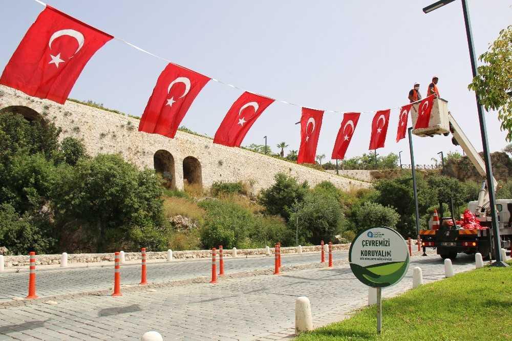 Antalya al bayraklarla süslendi