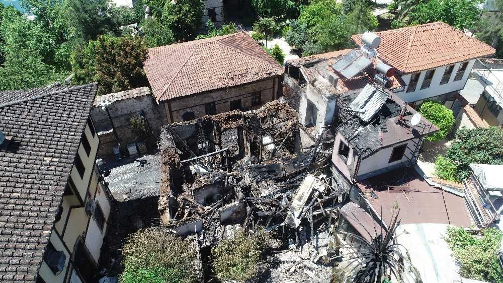 Antalya'da 2 katlı  ahşap yapı kül oldu