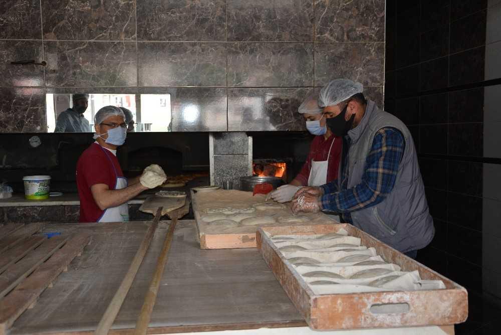 Antalya'da fırıncıların 280 derece sıcakta Ramazan mesaisi