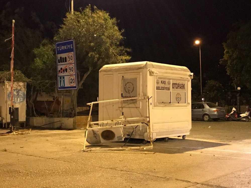 Antalya'da fırtına, güneş panellerini söktü, teknelerin halatlarını kopardı