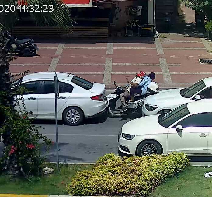 Antalya'da motosiklet iki otomobilin arasında kaldı: 2 yaralı