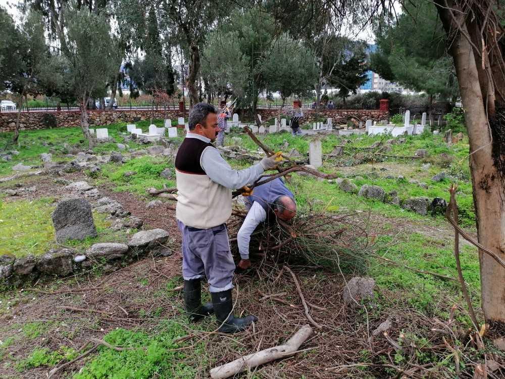 Büyükşehir mezarlıkları temizleniyor