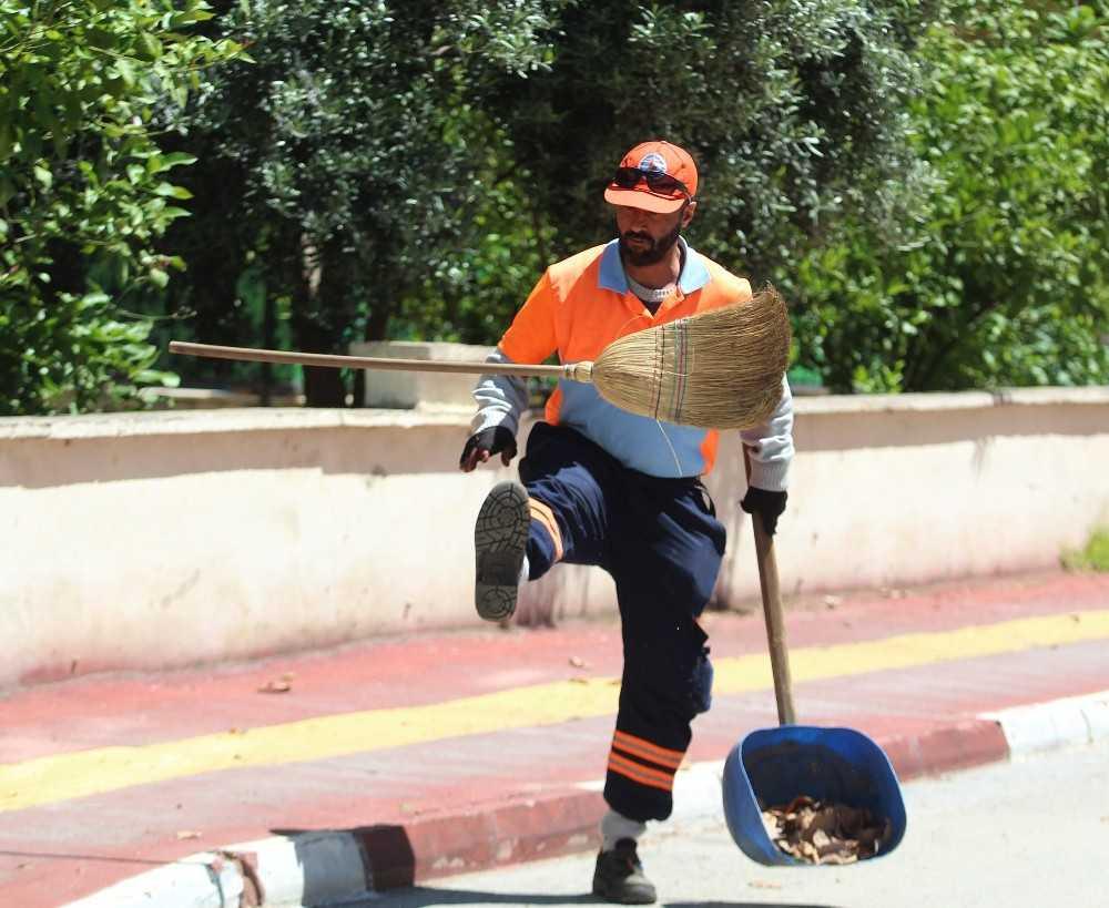 """Çalışması klip yapılan temizlik işçisi: """"Eldiven ve gözlükle bitmiyor iş, iş işini severek yapmakta bitiyor"""""""