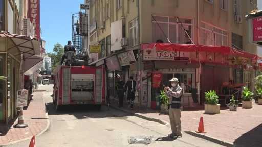 Evinde düşme sonucu mahsur kalan yaşlı adamı itfaiye terastan girerek kurtardı