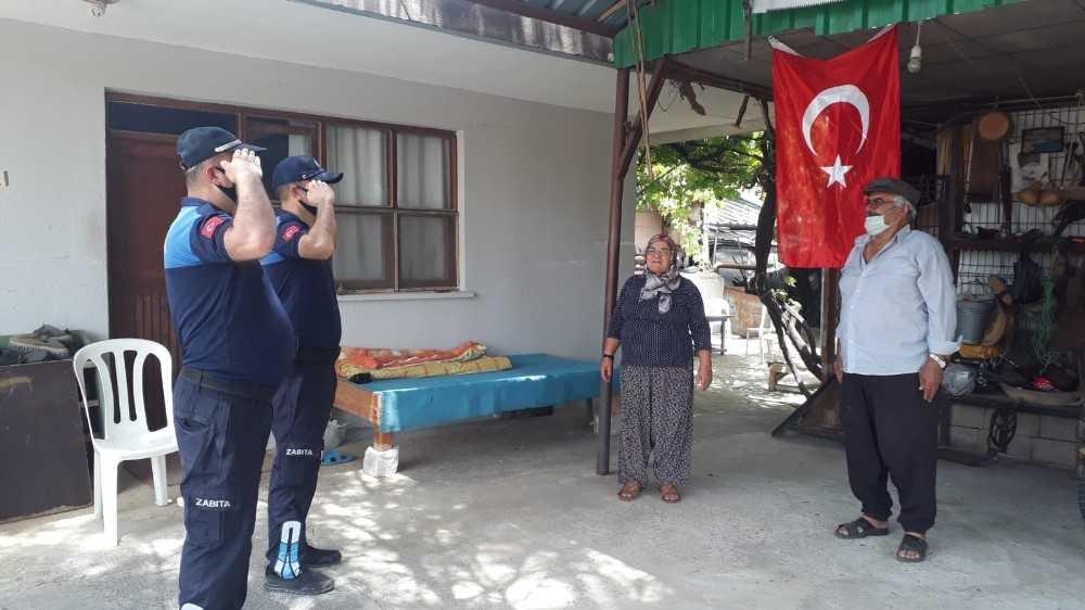 Evinden çıkamayan ailenin Türk Bayrağını zabıta ekipleri getirdi