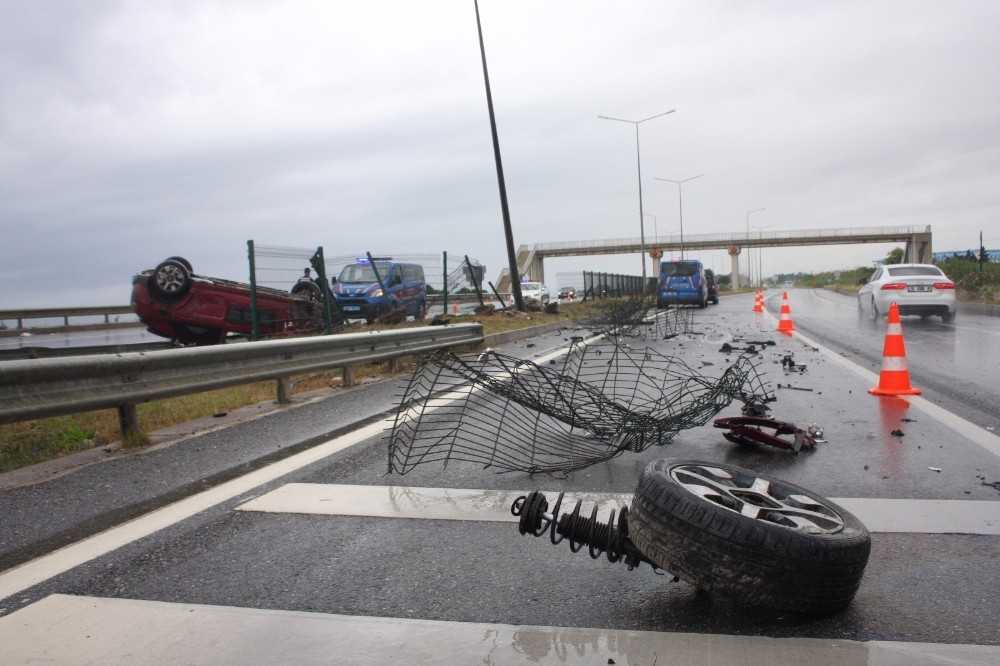 Otomobilin takla attığı karayolu savaş alanına döndü