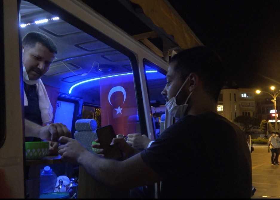 (Özel) Çay ocağına çevirdiği minibüsüyle kan verenlere ücretsiz çay dağıtıyor