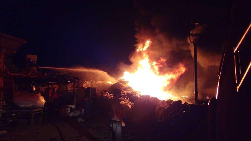Plastik toplama deposundaki yangında, alevler gökyüzüne yükseldi ardı ardına patlamalar yaşandı