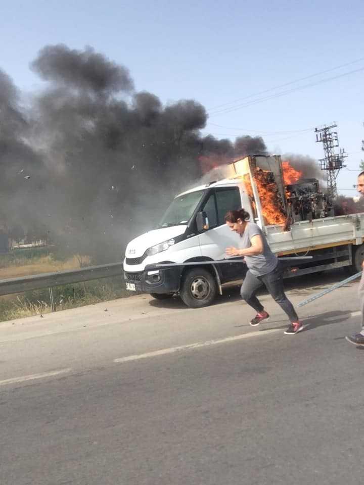 Seyir halindeki kamyonette yangın