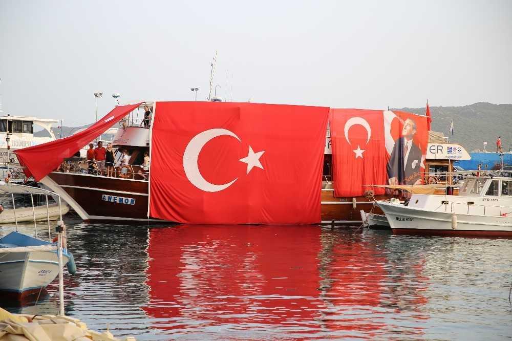 Turizm merkezi Kaş'ta  balkonlardan İstiklal Marşı okundu