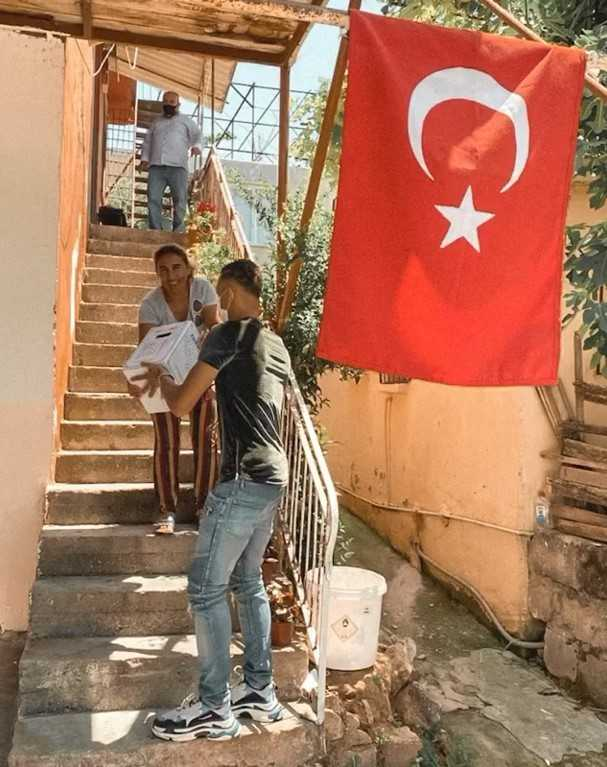 Yacine Bammou ihtiyaç sahiplerine yardım kolisi dağıttı