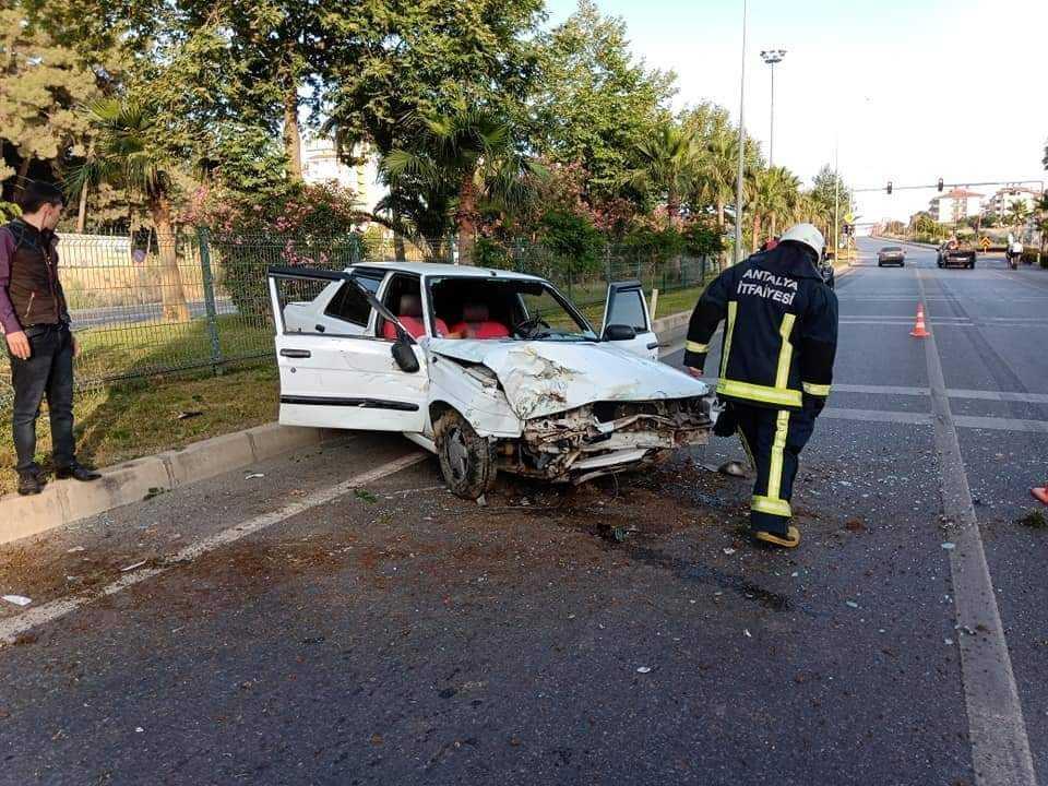 Alanya'da otomobil park halindeki kamyonete çarptı: 5 yaralı