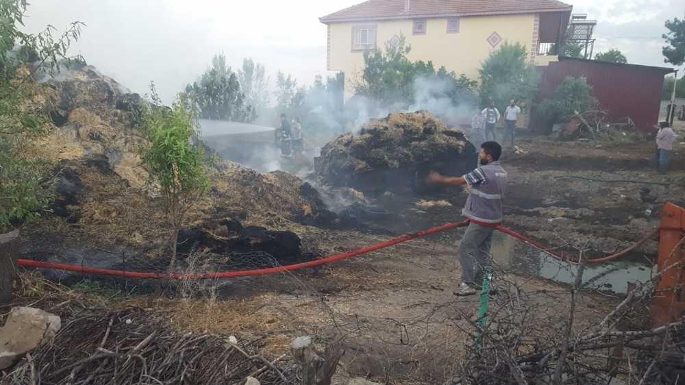 Alevler 750 adet saman balyasını kül etti