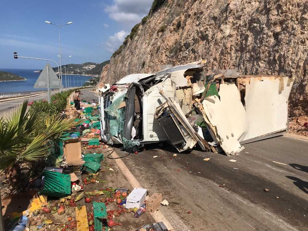 Antalya'da gıda yüklü kamyon devrildi: 1 yaralı