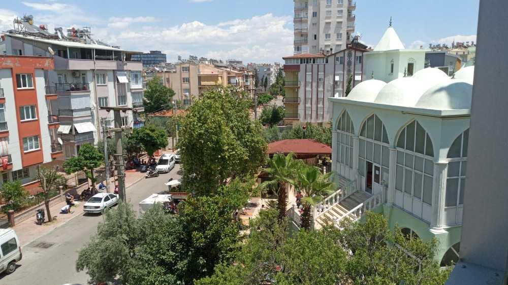 Antalya'da sıcak hava sebebiyle cemaat ağaç gölgesinde namaz kıldı