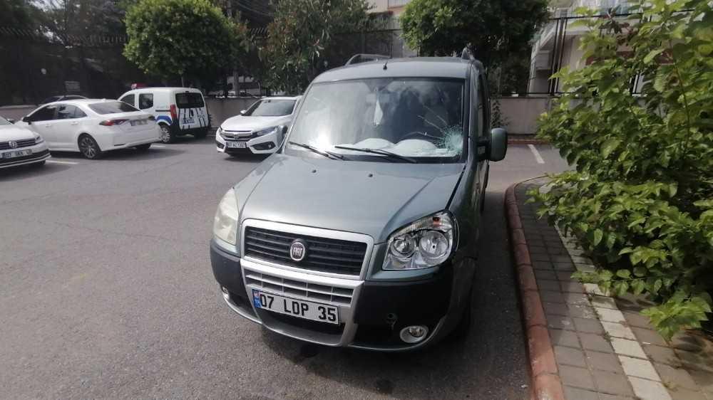 Antalya'da ticari araç yaşlı kadına çarptı