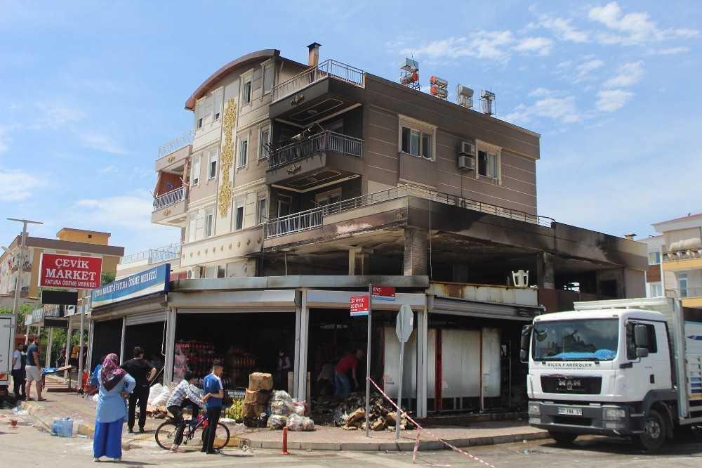Antalya'da yaklaşık 5 milyonluk market yangını
