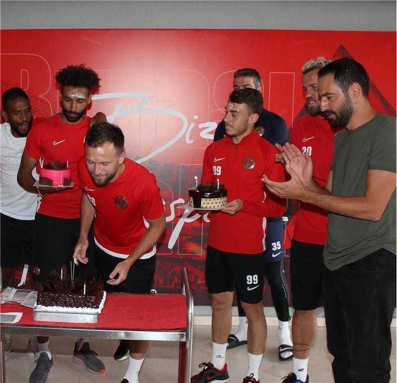 Antalyaspor 3 futbolcusunun doğun gününü kutladı