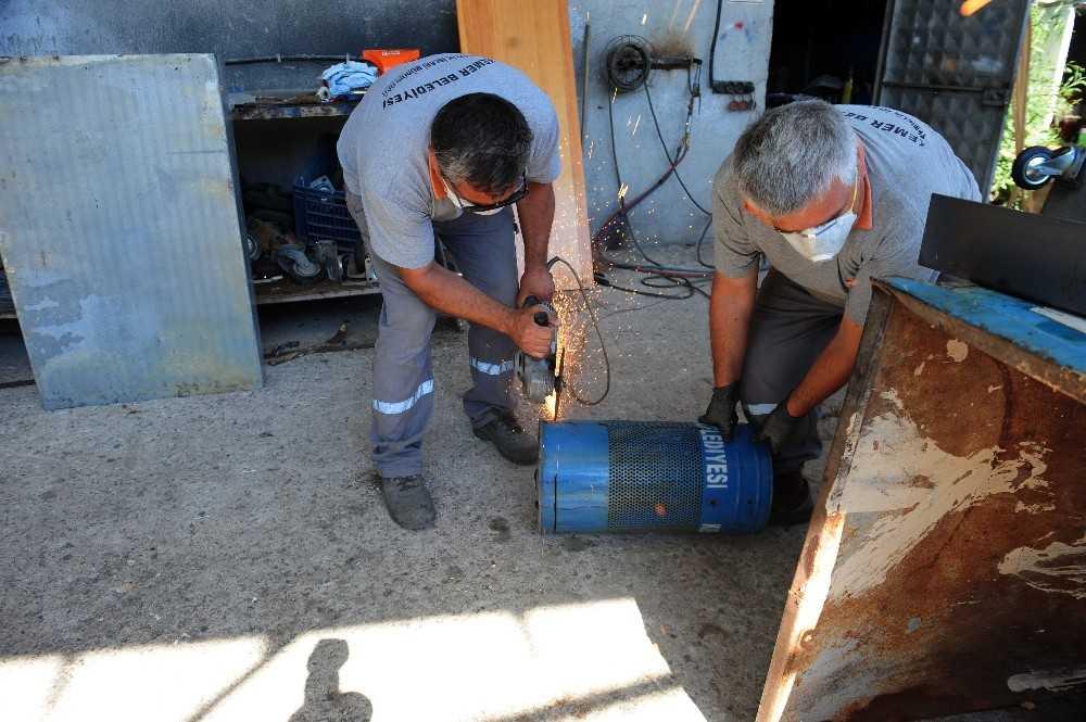 Belediye işçileri eski çöp konteynerlerini dönüştürüyor