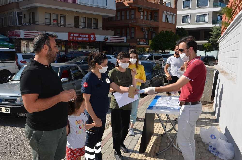 Büyükşehir sınav öncesi su, maske ve kalem dağıttı