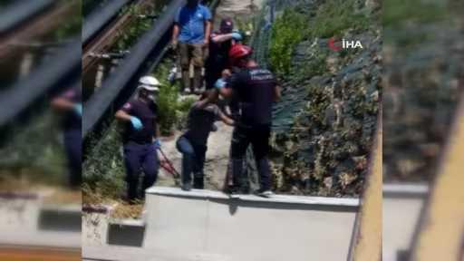 Çalışmayan asansörün raylarından inmeye kalkan vatandaşı itfaiye kurtardı