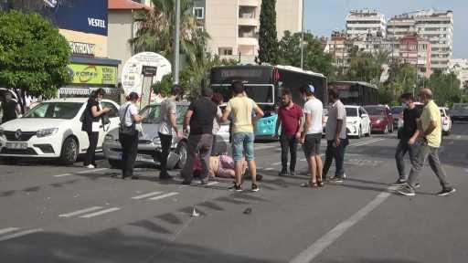 Çarpıştığı sürücüyü kanlar içerisinde yerde gören genç kadın gözyaşlarına boğuldu