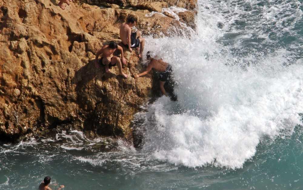 Dalgaların dövdüğü kayalık alanda tehlikeli deniz keyfi