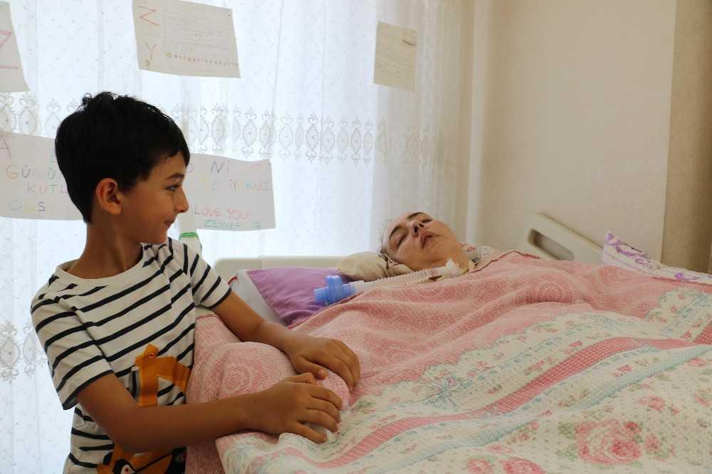 Doktorların 'aniden ayağa kalkacak' dediği annesinin başında adeta nöbet tutuyor