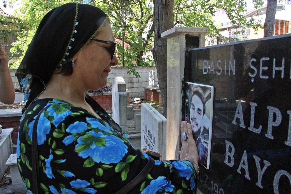 Dominik Cumhuriyeti'nde öldürülen kameraman Alper Baycın'ın annesi ve babası, oğullarının vefatının 2. yıl dönümünde mezarı başında gözyaşı döktü