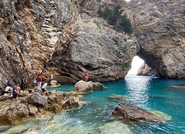 Kral Koyu'nda denize atlamak için çıktığı kayalıklarda mahsur kalan gence kurtarma operasyonu