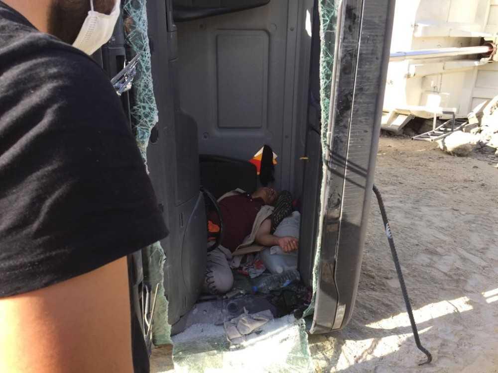 Kum boşaltan kamyon devrildi sıkışan sürücü yaralı olarak kurtarıldı