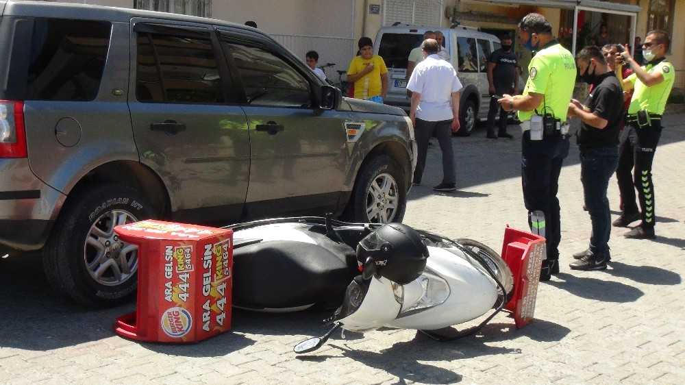 Manavgat'ta otomobille çarpışan motosikletli kurye yaralandı