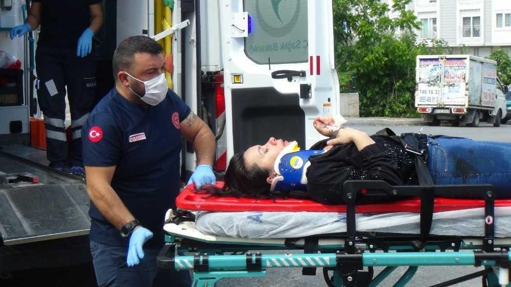 Motosikletin çarptığı otomobilin sürücüsü yaralandı