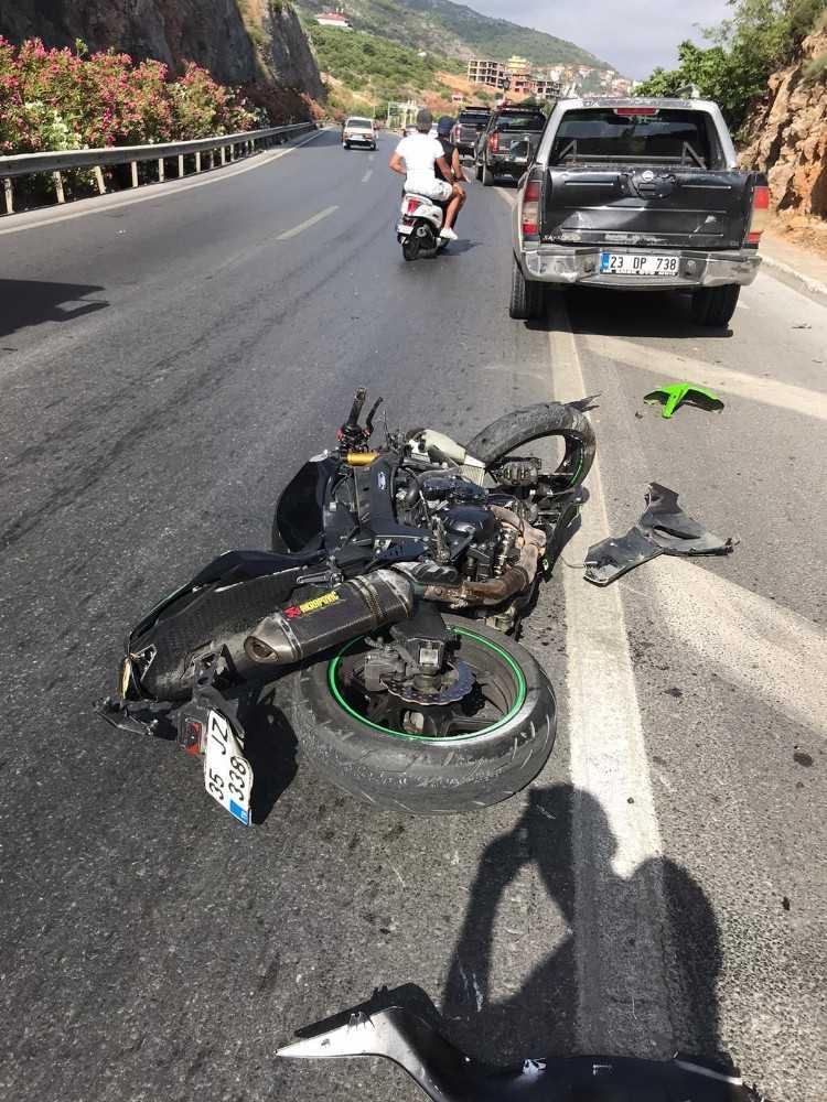 Motosikletten düşüp kafasını kaldırıma çarpan sürücü öldü
