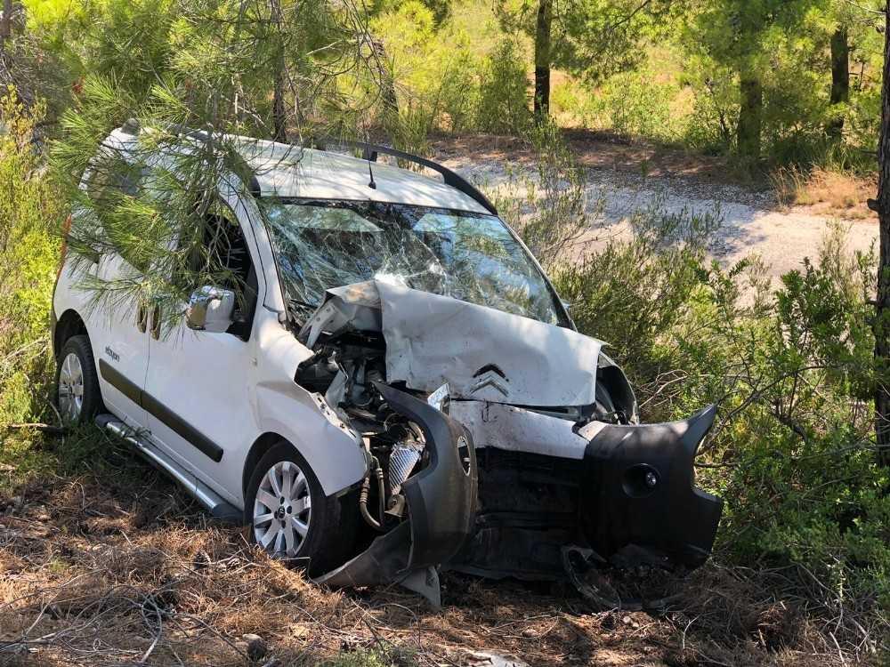 Otomobil yoldan çıkıp çam ağacına çarptı: 3 yaralı