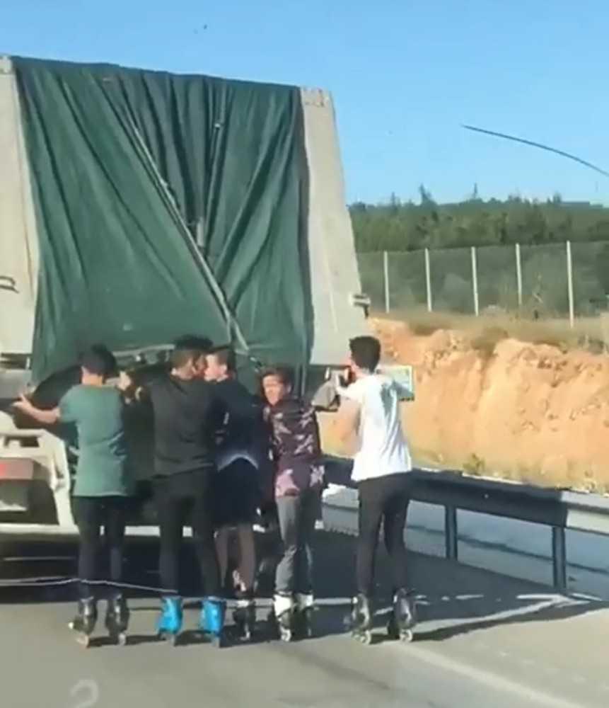 Patenci gençlerin çevre yolunda kamyon arkasında tehlikeli yolculuğu