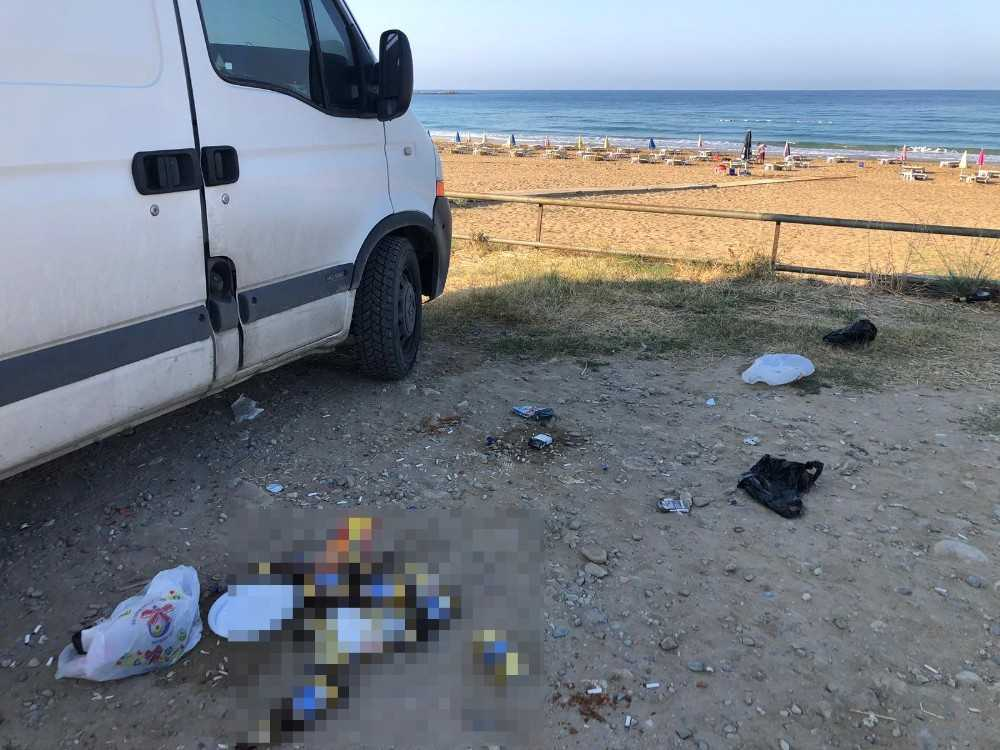 Plaj işletmecisi, gördüğü manzarayla şok oldu, uyandırıp çöpleri tek tek temizletti