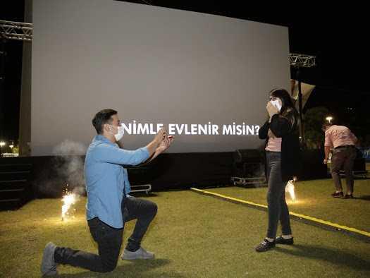 'Sahilde Sinema Var' etkinliğinde sürpriz evlilik teklifi