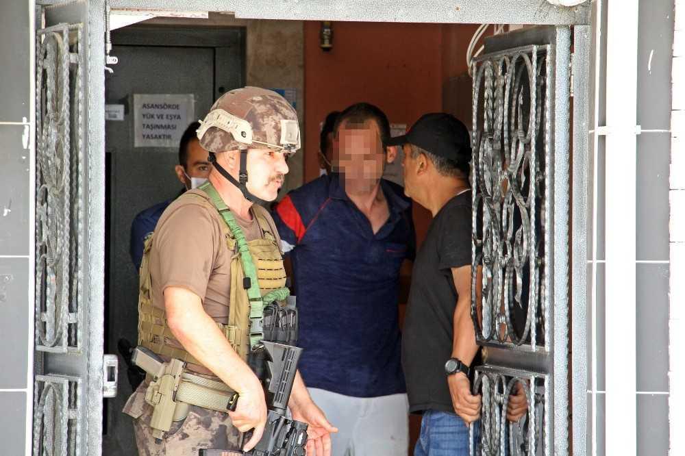 Sinir krizi geçirip eşyalarını sokağa fırlatan adam, özel harekat polislerince koçbaşıyla kapısı kırılıp evden alındı