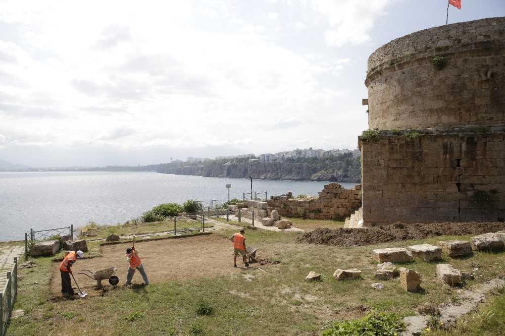 Tarihi Hıdırlık Kulesi çevresinde arkeolojik kazı başlatıldı