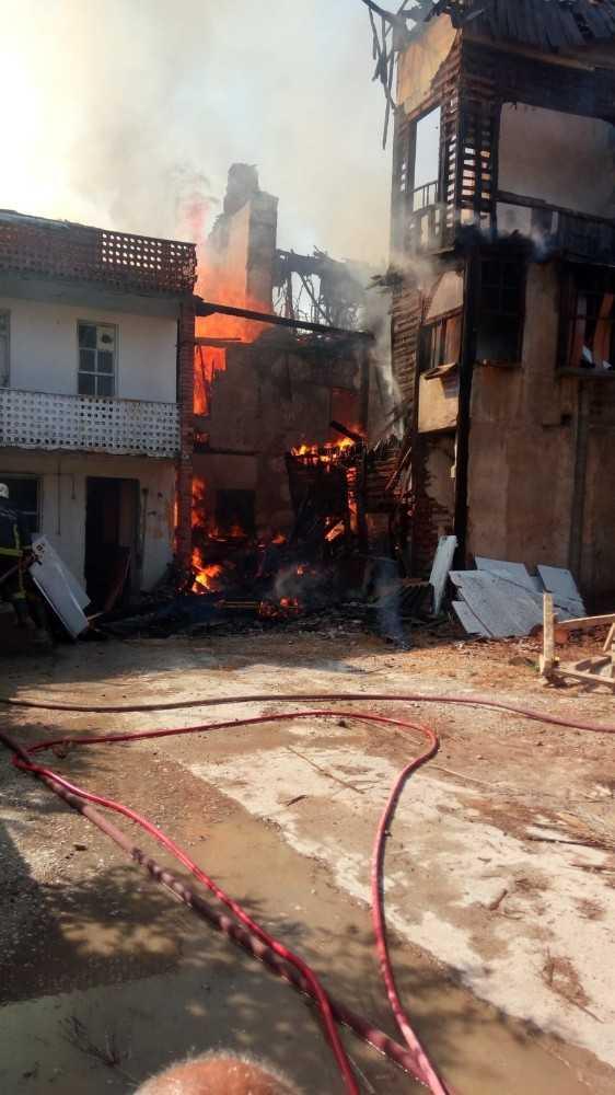 Tarihi Kaleiçi'nde metruk binada yangın