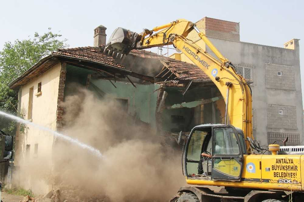 Tehlike oluşturan iki katlı metruk bina yıkıldı