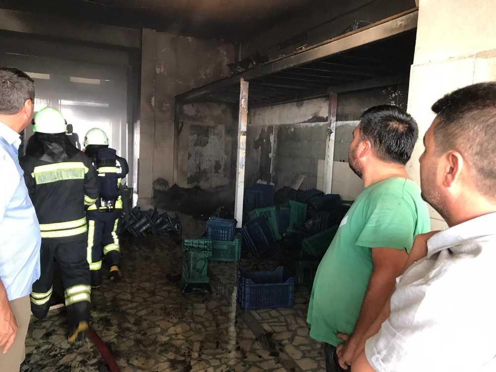 Toptancı hali ardiyesi yangınında plastik kasalar kül oldu